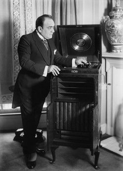 Caruso with phonograph, early 1900s. Baen photo owned by LOC; no known restrictions. (www.loc.gov/pictures/resource/ggbain.29837/)